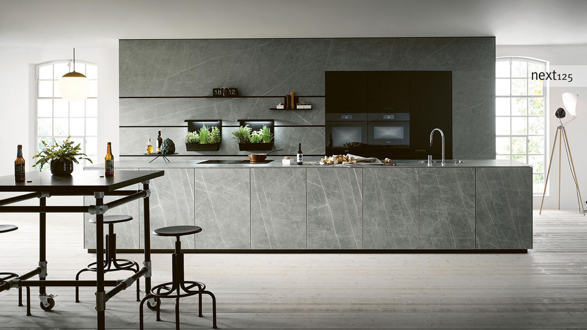 next125 Küche in Wien bei Miele Center Pellet | Ceramic Marmor grigio Nachbildung / Glas matt onyxschwarz